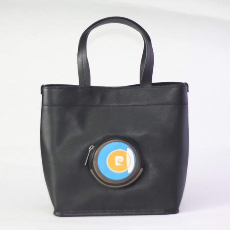 Icon系列小托特包*純手工製,限量30個3380元。 圖/皮爾卡登 提供