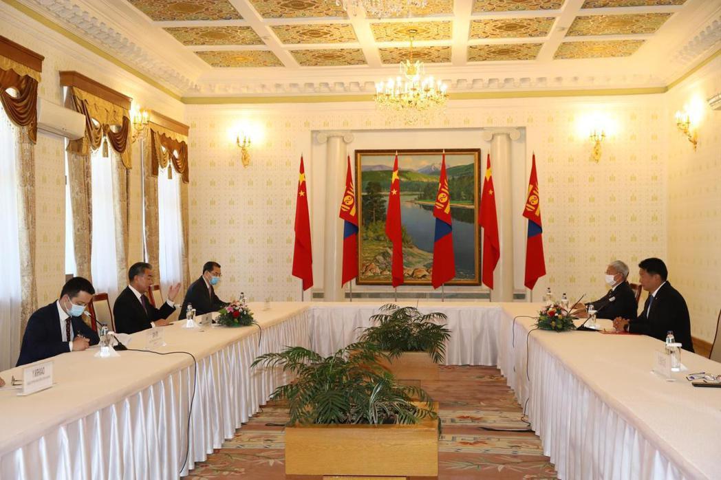 中國外交部長王毅2020年9月出訪外蒙古的蒙古國,強調「相互尊重國家主權和領土完整,不干涉對方國家內部事務」 圖/新華社