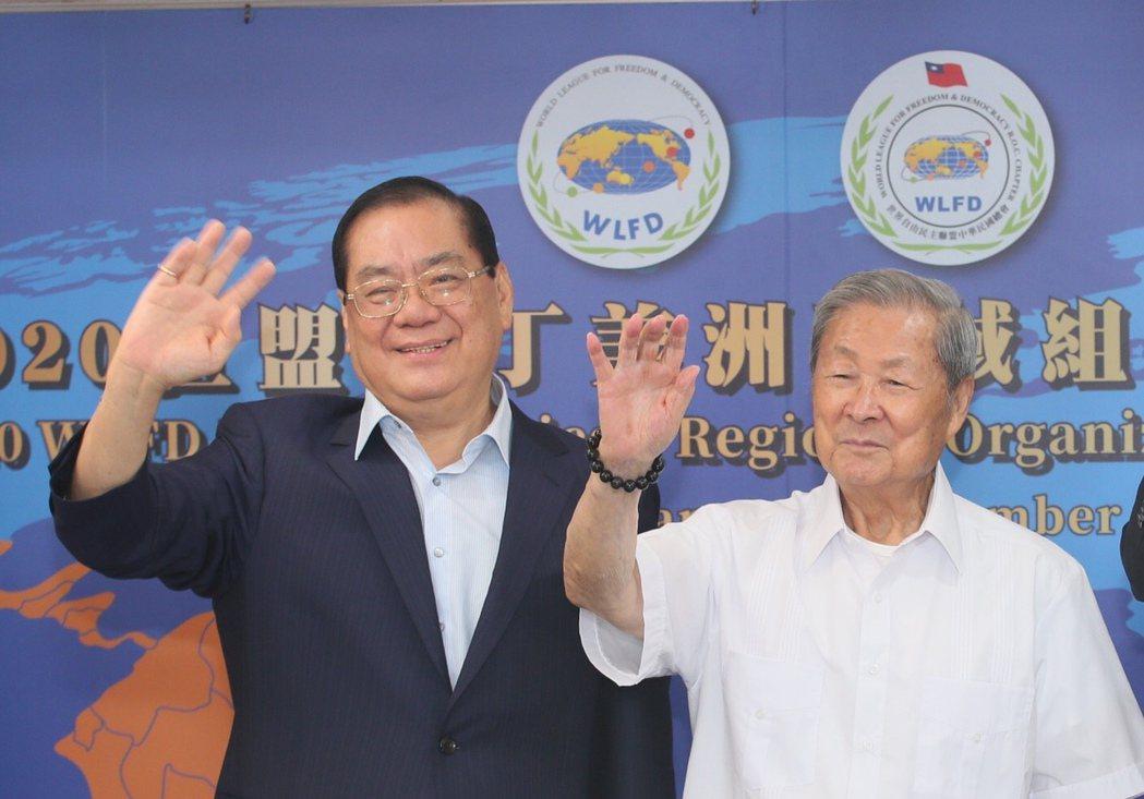 世盟中華民國總會理事長曾永權(左起)和世盟總會長饒穎奇,在視訊論壇上向收視觀眾揮...