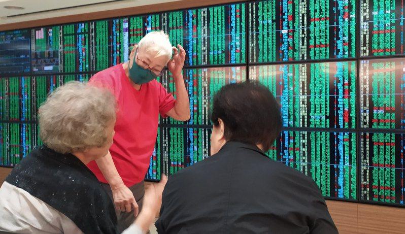 美股重挫拖累台股表現,盤中賣壓沉重,終場下挫319.5點,投資人臉色沈重。記者林俊良/攝影