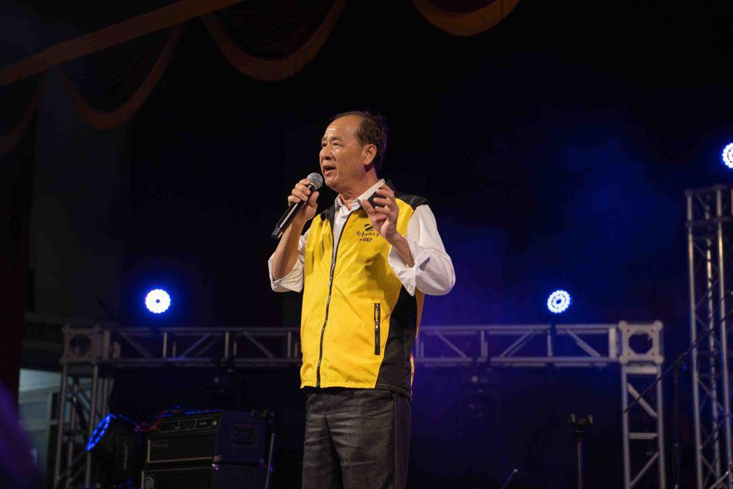 南臺科大校長盧燈茂上台獻歌藝,獲得全場學生掌聲。 南臺科大/提供
