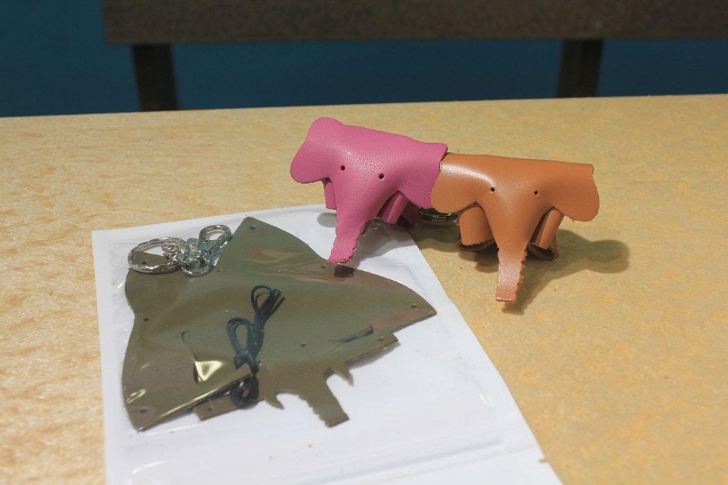 「皮製大象鑰匙DIY」,歡迎民眾到工業局循環經濟主題館親手體驗,可愛皮製大象鑰匙...