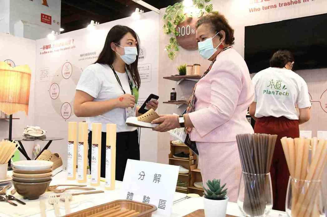鉅田潔淨公司展示各種友善環境的產品。 貿協/提供