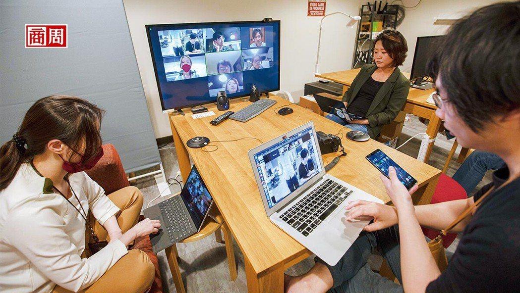 疫後世界,遠距工作盛行,無論文字或視訊聯繫,皆須具備數位肢體語言溝通能力。 (攝...