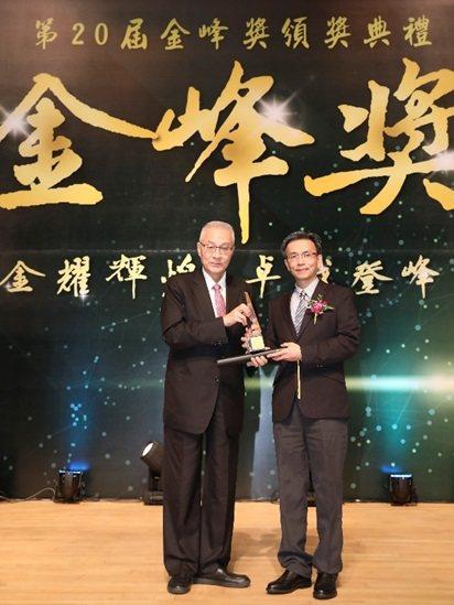 前副總統吳敦義頒發十大傑出創新研發獎,芯鼎科技總經理許英偉(右)代表領獎。 芯鼎...