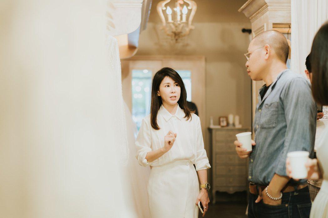 唯諾法式婚紗創辦人林紫瀅(左)向參與發表會的來賓介紹澳洲頂級婚紗「CIZZY B...