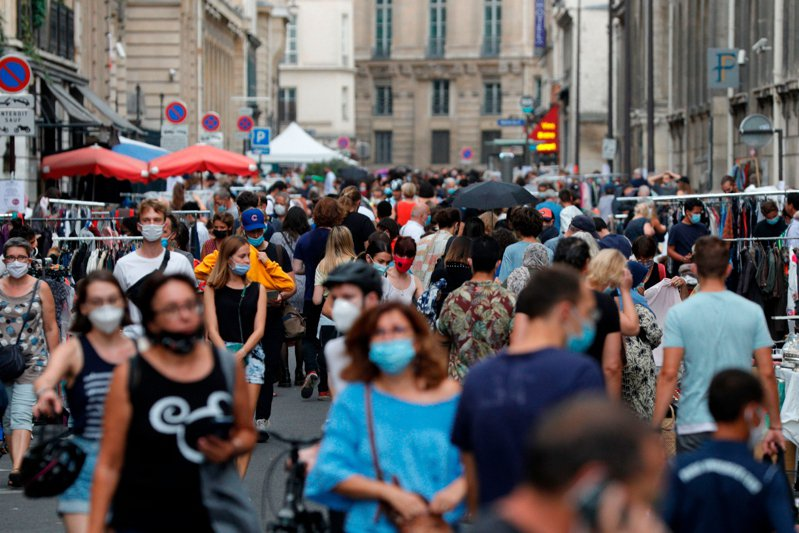 法國疫情不斷惡化,確診率以及確診人數都持續攀升。  法新社
