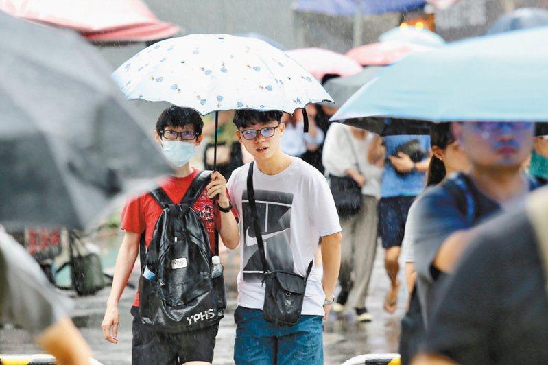 受到東北風及華南雲雨區東移影響,中央氣象局表示,今天越晚將會越濕涼,中部以北的降雨機率將會提高。圖/聯合報系資料照