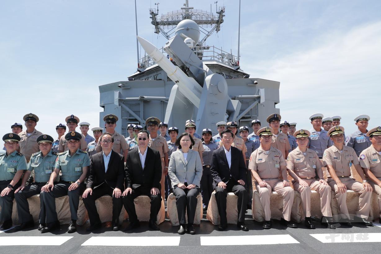 蔡總統視導子儀艦罕見掛戰彈 專家:海軍準備好了