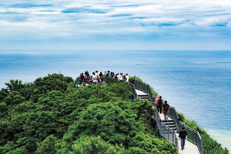 起伏的木棧道終點的平台近可觀海,遠可望山。