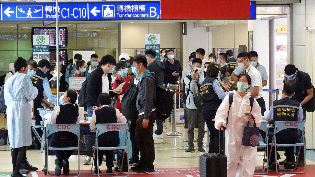 「台灣輸出」確診個案迄今累計卅八例,其中廿五人為菲律賓籍。圖為桃園機場檢疫站。記...