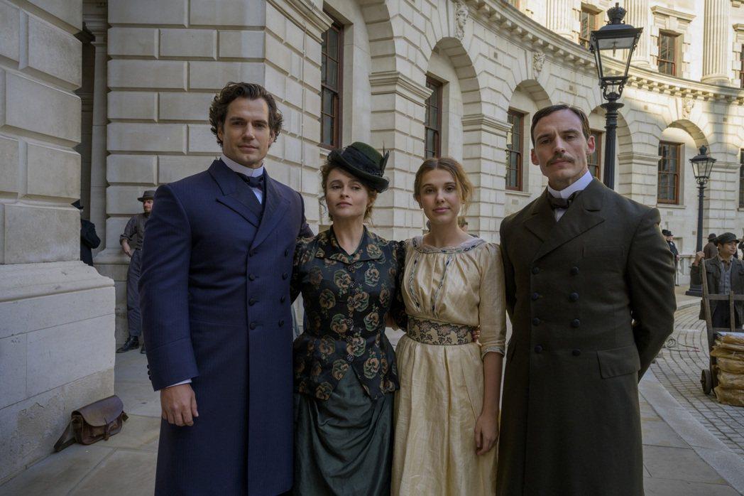亨利卡維(左起)、海倫娜寶漢卡特、米莉芭比布朗以及山姆克拉弗林在「天才少女福爾摩...