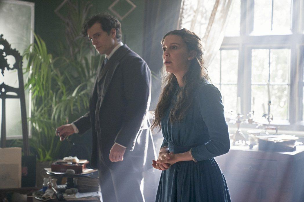 亨利卡維(左)在「天才少女福爾摩斯」與飾演妹妹的米莉芭比布朗(右)有許多溫馨互動...
