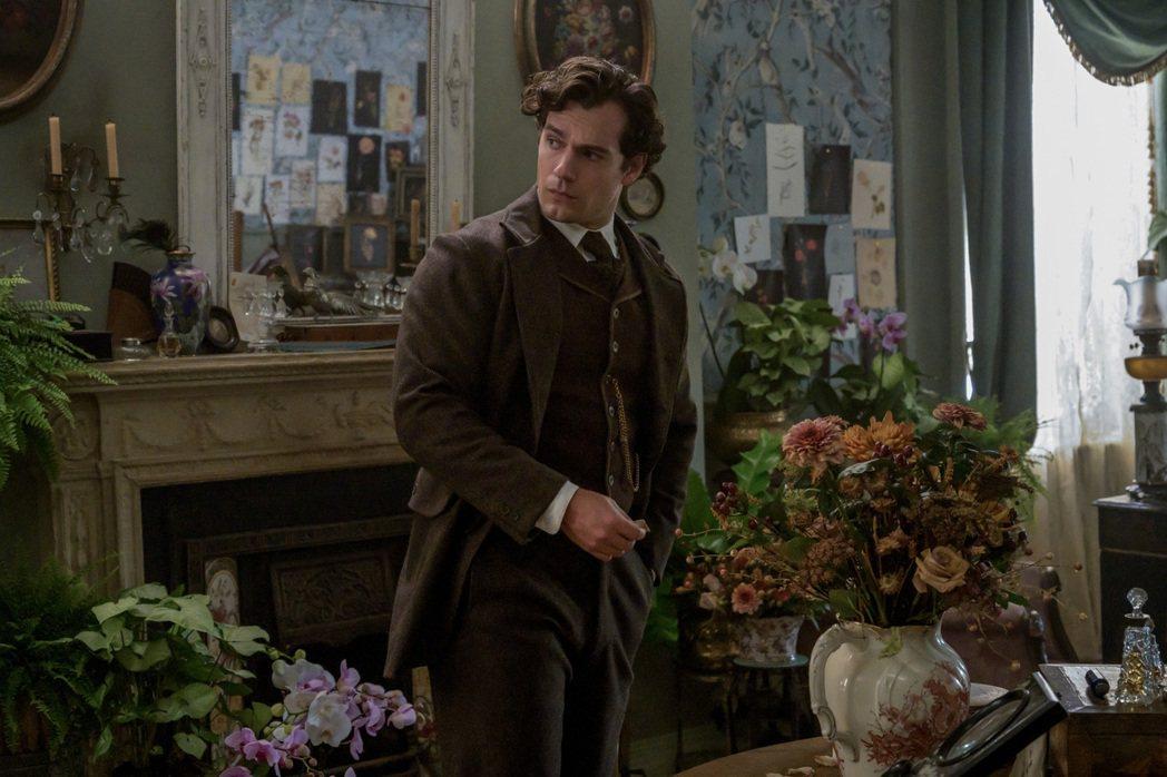亨利卡維扮演名偵探「福爾摩斯」,他狂讚小勞勃道尼、班尼狄克康柏拜區都是傑出前輩。...