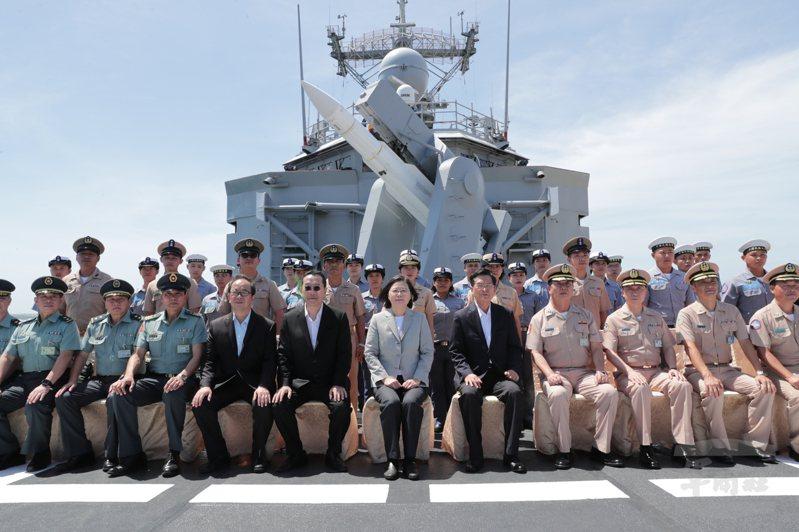 蔡總統日前視導146艦隊,特別登上子儀軍艦與官兵合影。圖/軍聞社