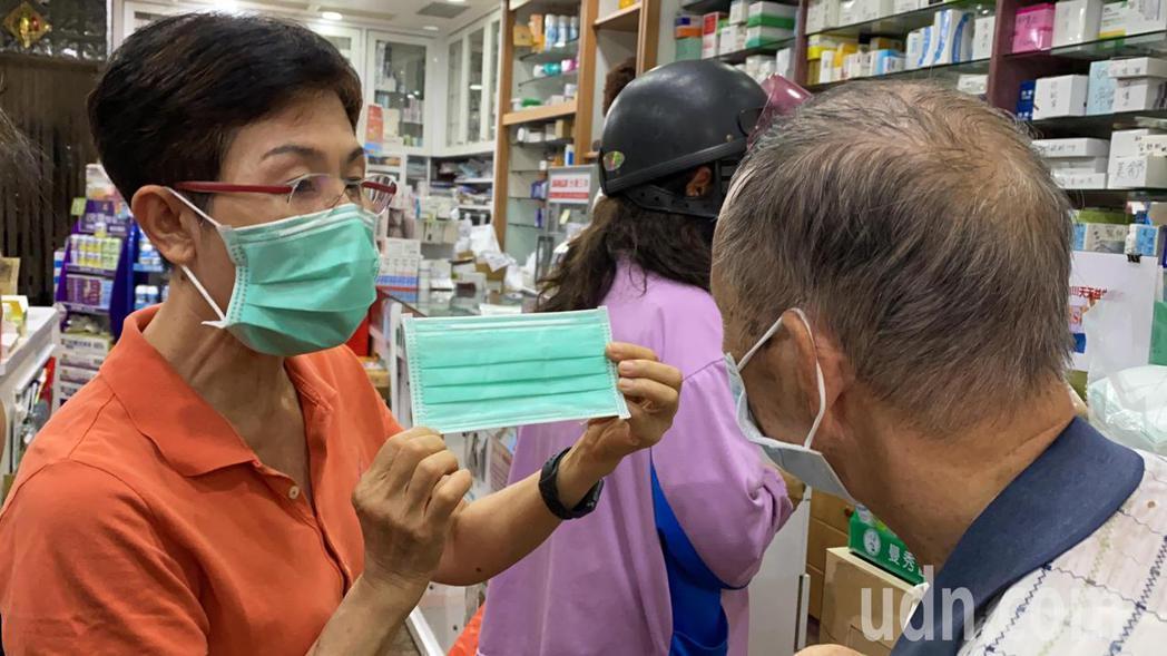 藥局人員跟民眾說明雙鋼印口罩。記者劉星君/攝影