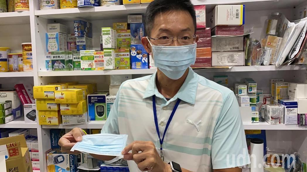 藥師王建翔說明雙鋼印口罩。記者劉星君/攝影