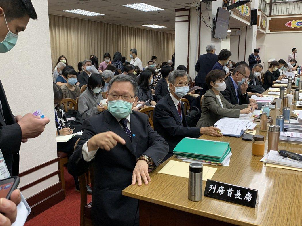 國安基金是否繼續護盤,財長蘇建榮表示,10月中旬委員會將審視當時狀況做出決議。記...