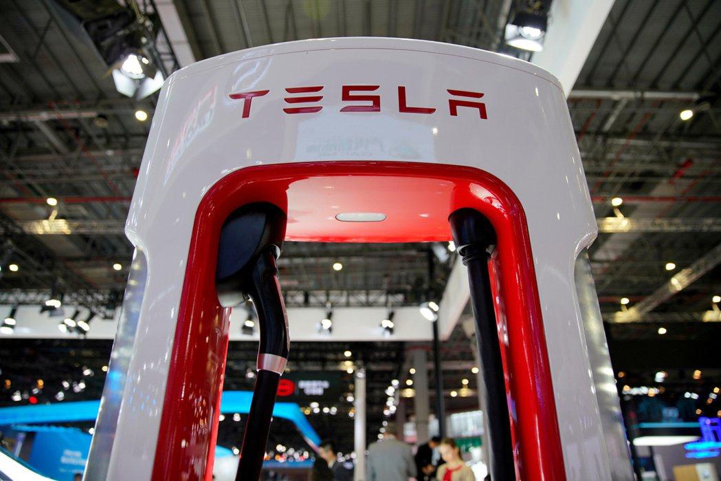 特斯拉(Tesla)在22日舉行的「電池日」上宣布要減少使用鋰。(圖/路透)