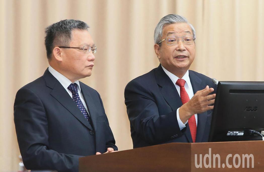 財政部長蘇建榮(左)與兆豐金董事長張兆順(右)今天在立法院表示,川普女婿不是借款...