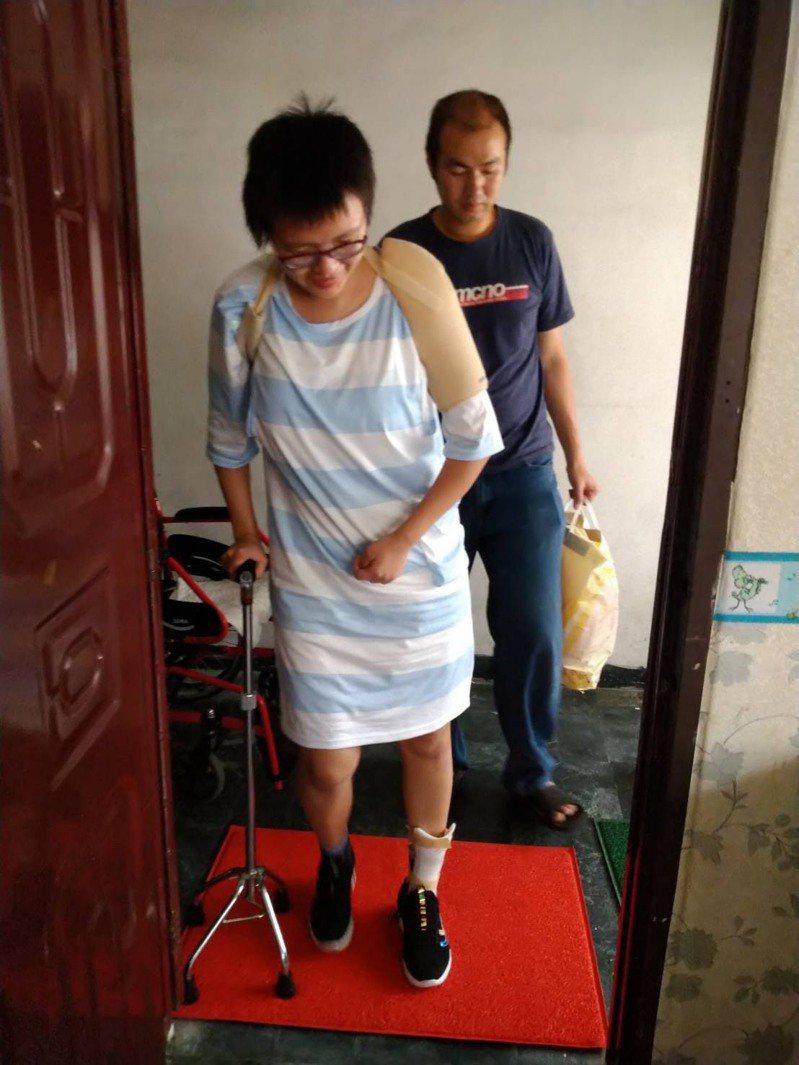 勇敢的媽媽黃安妮,生產時腦血管因生產用力過度破裂導致中風,努力復健要好好照顧孩子。圖/新高醫院提供