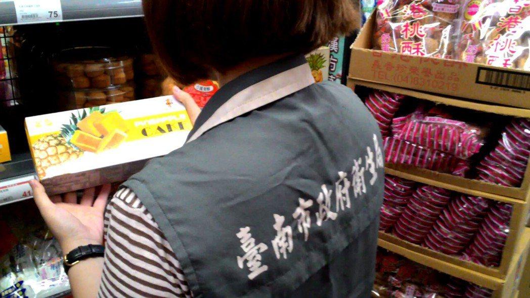 台南市衛生局在中秋節前夕,前往各賣場抽查秋節食品。圖/衛生局提供