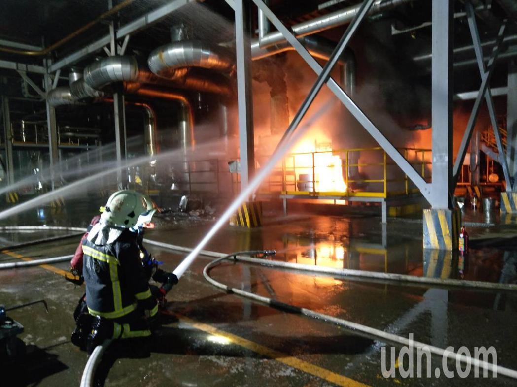 新竹縣消防局昨晚前往遠東化纖救災,火勢經過半小時才受到控制。記者巫鴻瑋/攝影