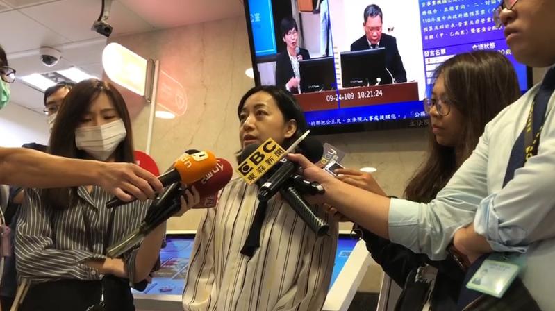 時代力量立委王婉諭(中)。記者蔡晉宇/攝影