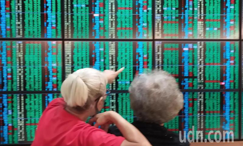 美股重挫拖累台股表現,盤中賣壓沉重,電子、金融與傳產同步走弱,大跌超過300點,投資人憂心觀望。記者林俊良/攝影