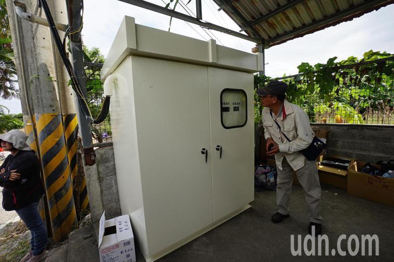 台電東部發電廠研發的川流式微水力發電設備,透過UPS不斷電系統,可以穩定供電。記者王燕華/攝影