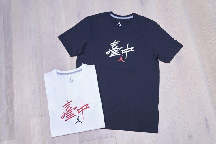 慶祝開幕,品牌也推出了帶有「Taichung」字樣的限定T恤,讓消費者選購。圖/...
