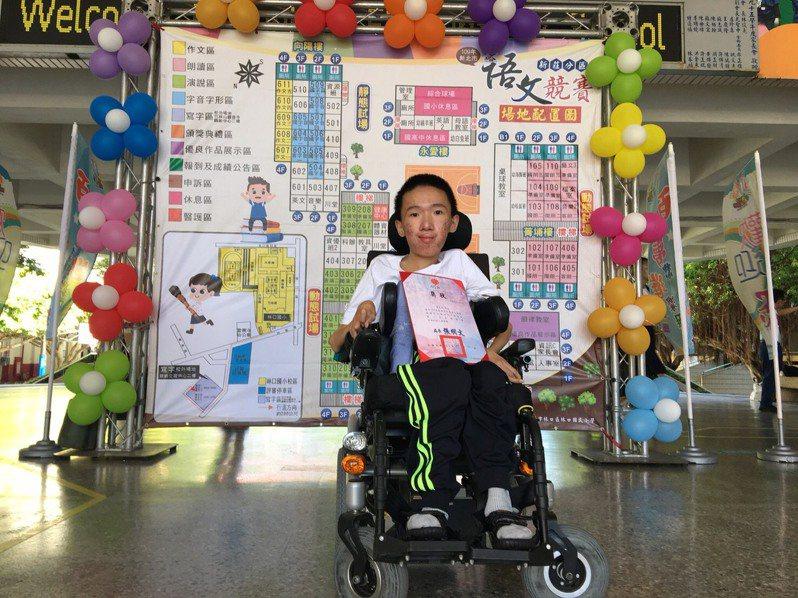 新北市丹鳳高中學生黃宥嘉罹患肌肉萎縮症,喜愛寫作的他,透過固定萎縮不便的雙手,將心中的話語一字一句用鍵盤打出。圖/新北市教育局提供