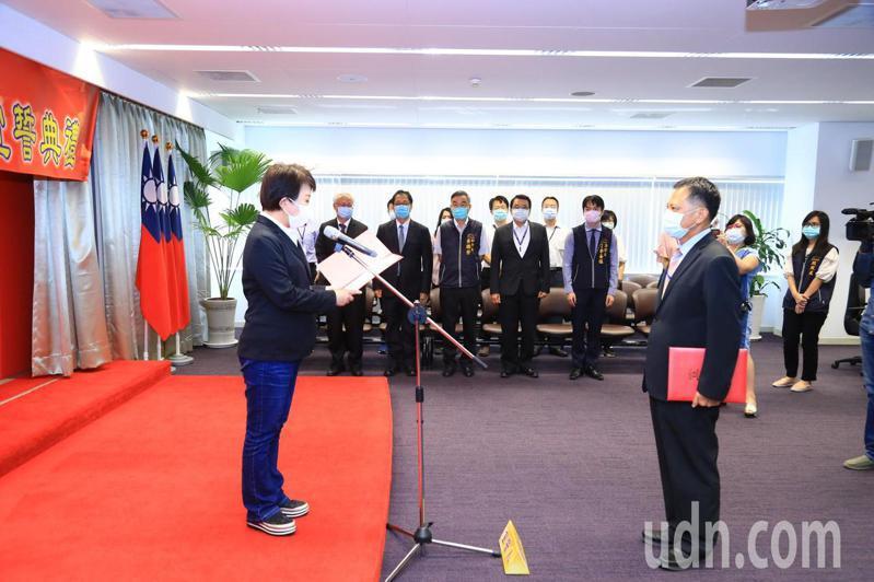 台中市長盧秀燕(左)主持政風處長詹政曇(右)宣示就職。記者喻文玟/攝影