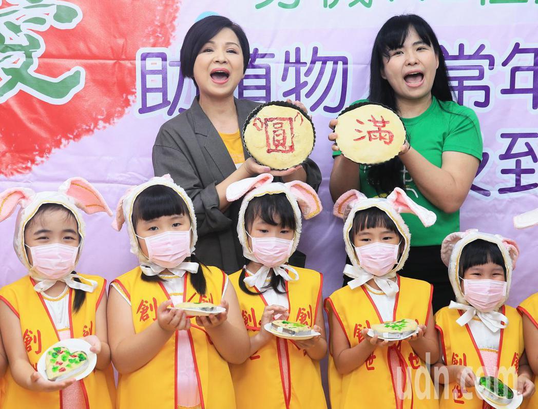 藝人楊貴媚(後排左)今天開心和小朋友互動、學習包月餅,希望能在中秋佳節前為植物人...