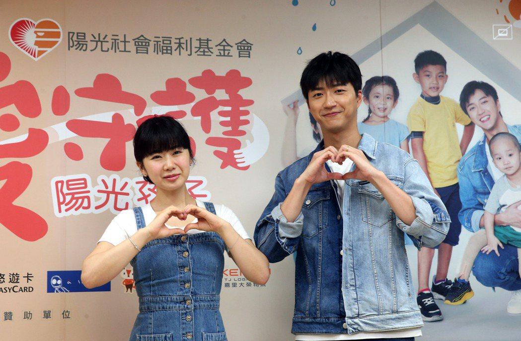 江宏傑(右)與老婆福原愛今天連袂出席公益活動。記者邱德祥/攝影