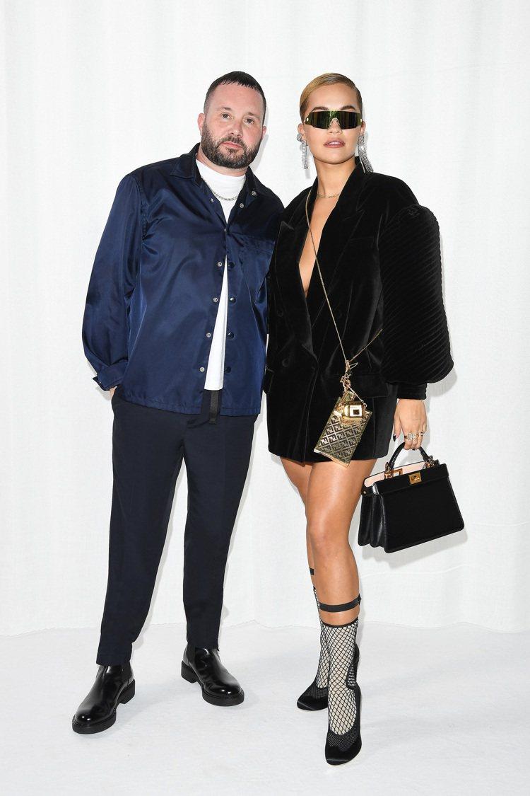 即將接任女裝服裝創意總監的Kim Jones(左)和看秀嘉賓Rita Ora合影...