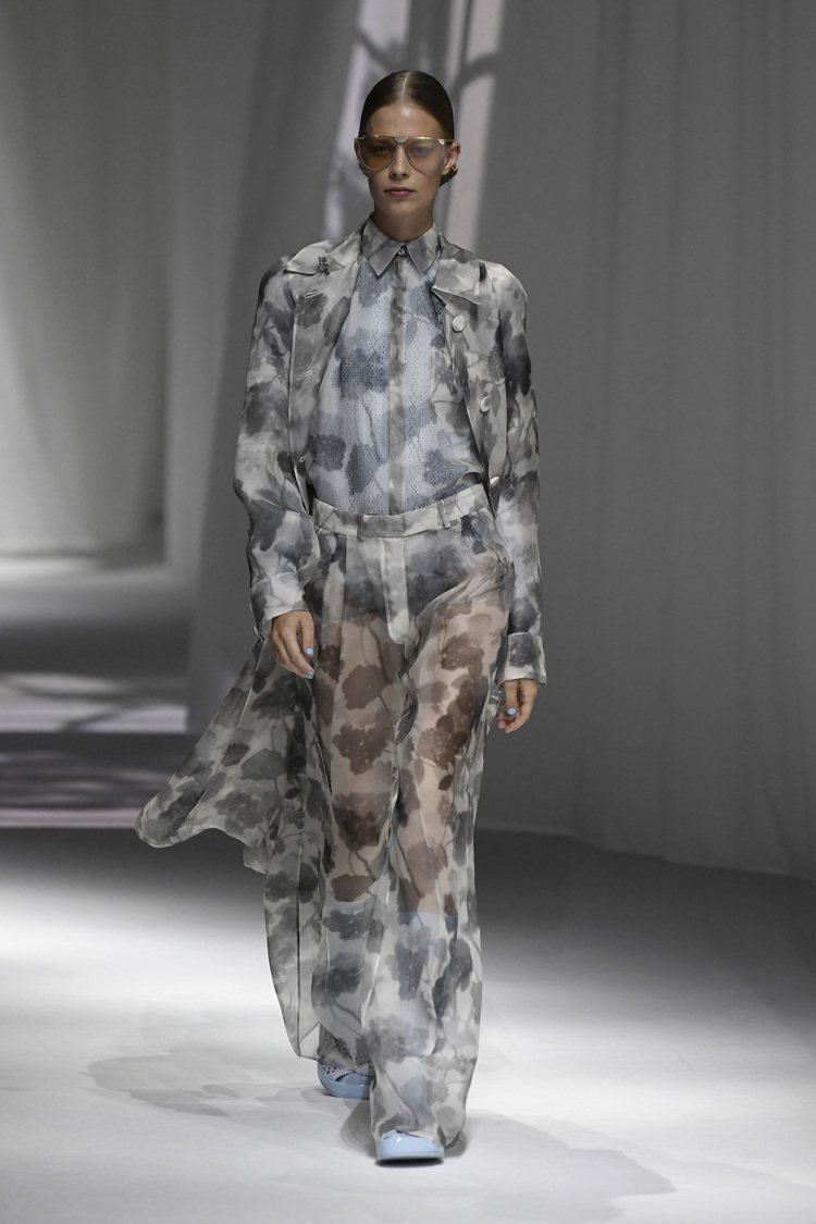 如同窗外搖曳的樹影,成為男、女裝印花設計。圖/FENDI提供