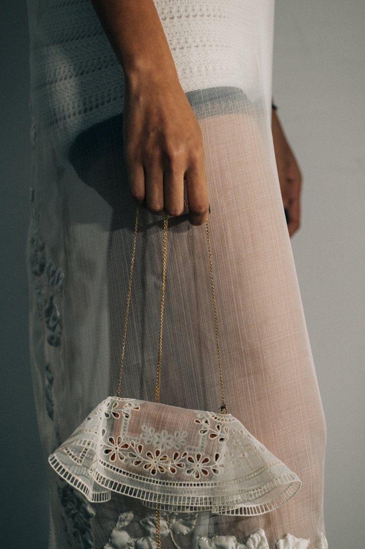 有著家庭生活氣息的刺繡桌巾,也成為手袋外蓋裝飾的設計靈感。圖/FENDI提供