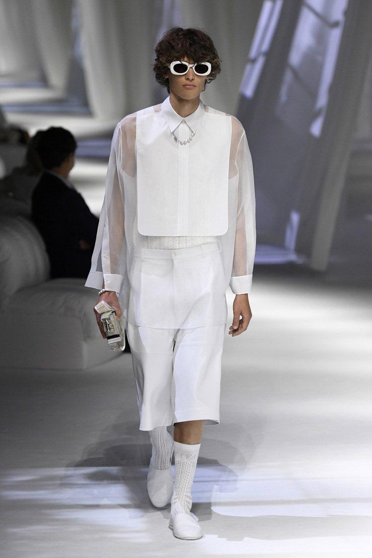 通透層疊的絲綢縐紗豐富男裝的層次感。圖/FENDI提供