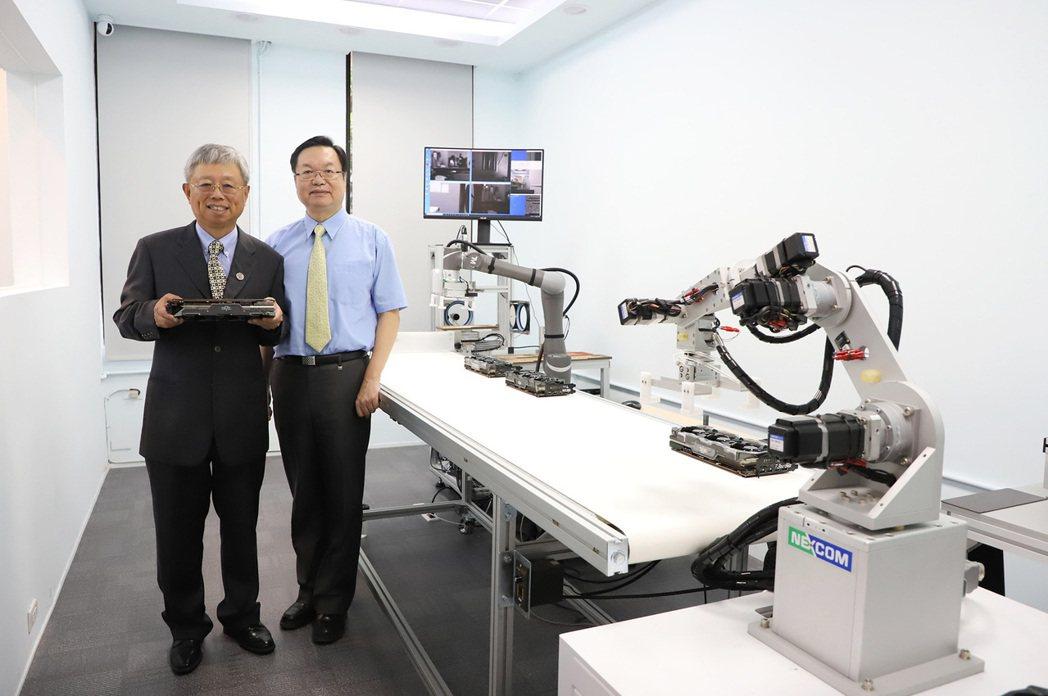 撼訊科技總經理陳劍威(左)攜手台灣科技大學,研發中小企業智慧製造營運服務。撼訊/...