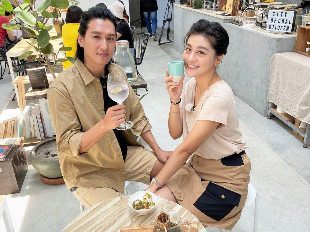小蠻(右)、邵翔享受兩人的午後時光。圖/東森提供