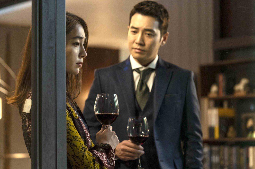 朱相昱(左)在「像極了愛情」中飾演富二代,李珉廷靠誘惑手段接近。圖/八大電視提供