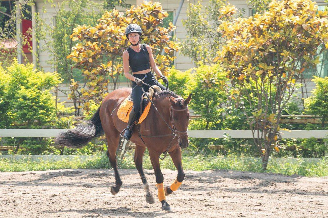 房思瑜騎馬展英姿。圖/TVBS提供