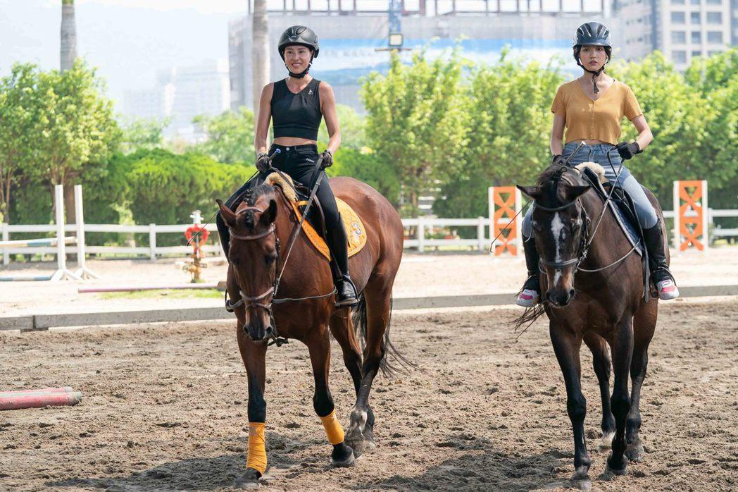 房思瑜(左)陪Dora完成騎馬初體驗。圖/TVBS提供