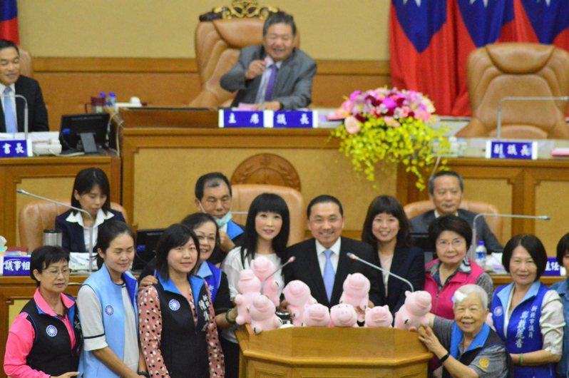 新北市國民黨籍女議員們送上玩具豬,請市長侯友宜協助為美豬美牛把關。記者施鴻基/攝影