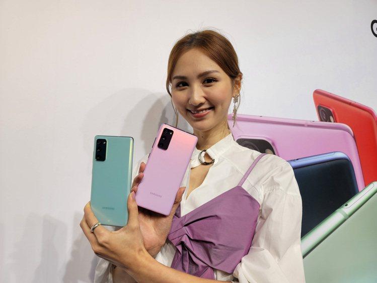 Samsung Galaxy S20 FE 5G採用霧面質感設計,不易沾染指紋。...