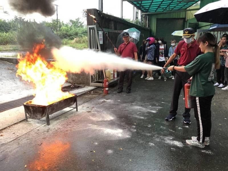 桃園市政府消防局第二大隊今天在南亞技術學院舉辦「新生新生活 震撼防災週」國家防災週宣導活動。圖/第二大隊提供