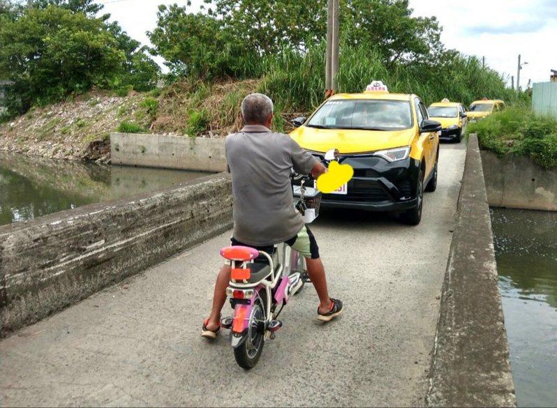 營盤橋寬度不足,連汽機車會車都困難。圖/桃園市議員陳治文服務處提供