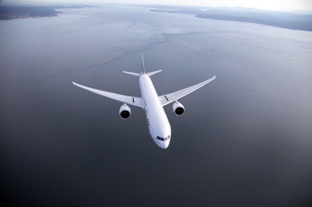 新冠肺炎疫情橫掃全球,航空客運受到嚴重的衝擊,但貨運相當暢旺,阿聯酋航空以創新的...