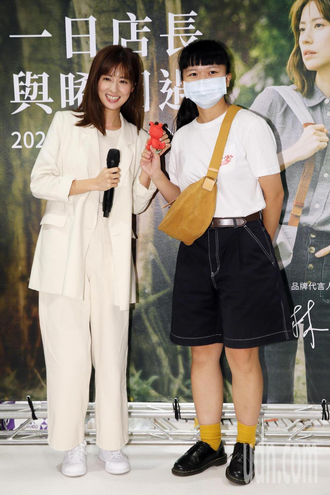 藝人林予晞(左)今天來到統一阪急百貨專櫃擔任一日店長,不少粉絲為了她來到現場參與...